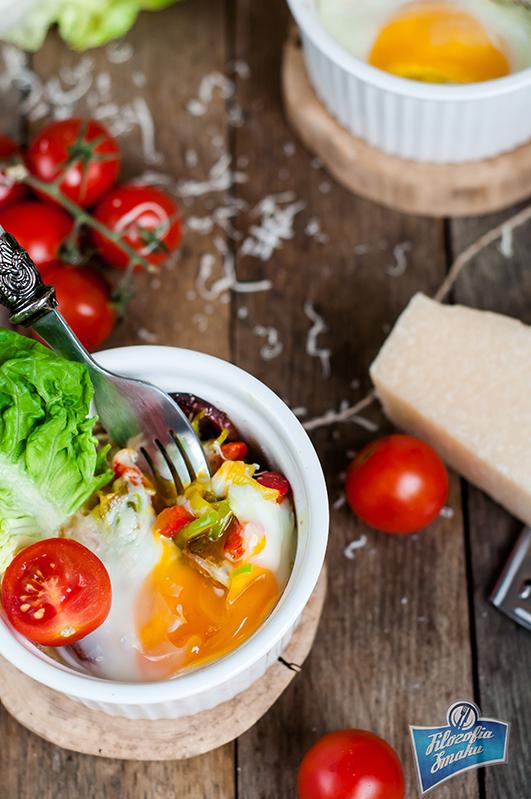 Jajka w kokilkach z salami