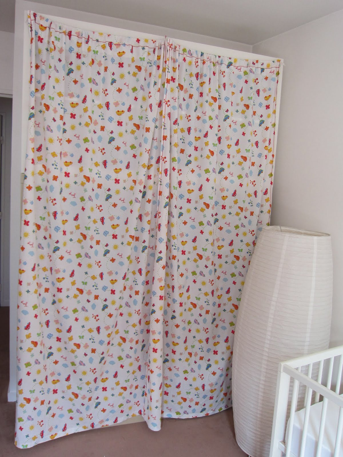 Maman parisienne rideaux pour cacher la biblioth que - Comment mettre des oeillets sur des rideaux ...