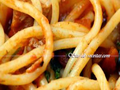 Espaguete com atum e tomate