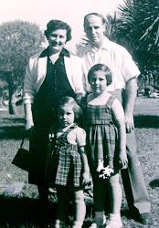 פרידה וישראל קובו עם הבנות רחל וורדה בתל-אביב