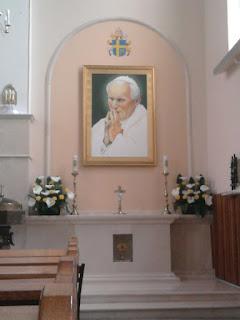 Ołtarz bł. Jana Pawła II w kościele w Podłężu