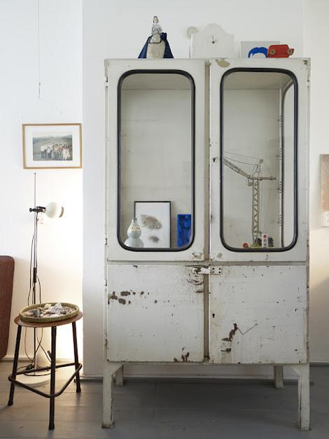 Ikea se apunta a la moda de las vitrinas de m dico for Armario industrial vintage