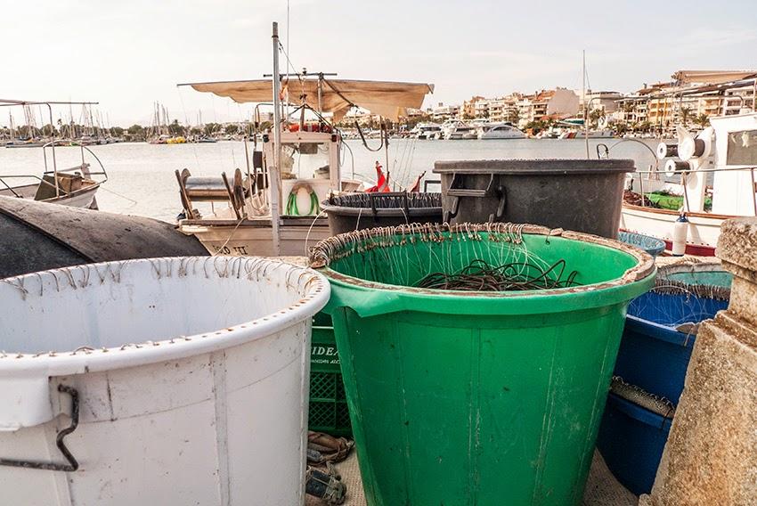 Embarcación con anzuelos de palangre