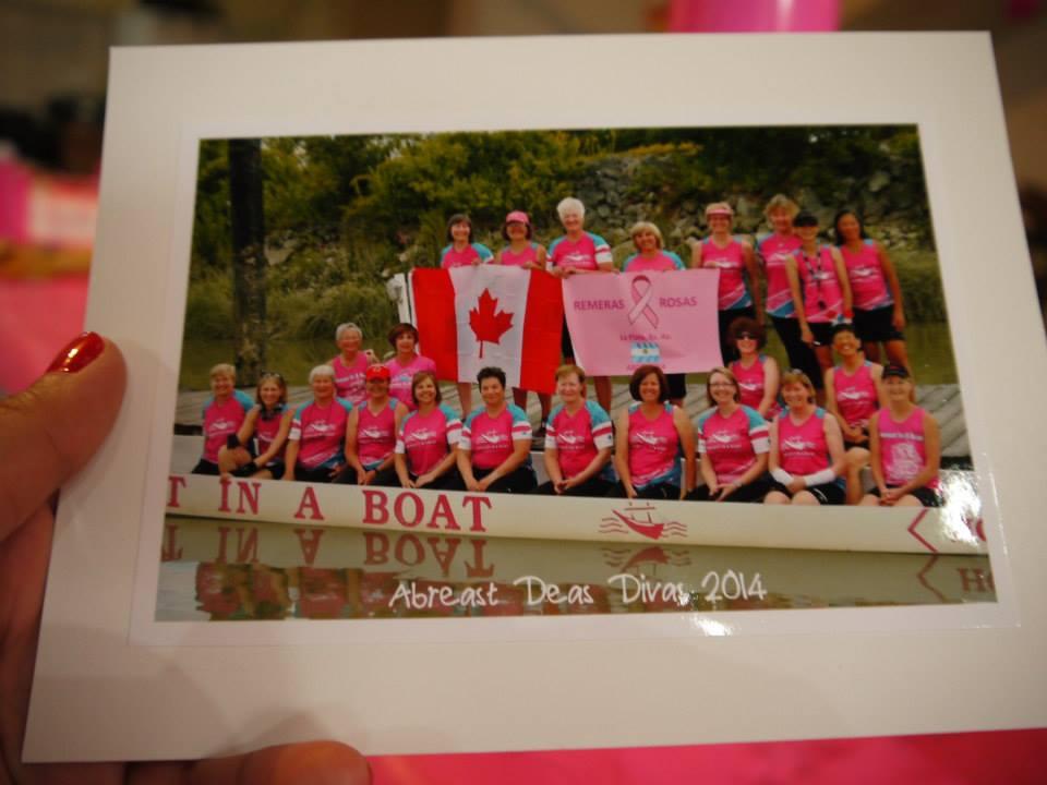 El Equipo Abreast Deas Divas mostrando la pancarta de Remeras Rosas La Plata
