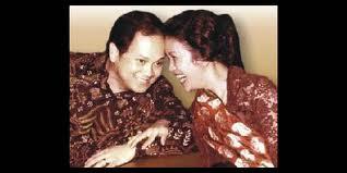 http://ajmainhalta.blogspot.com/2012/12/puisi-bj-habibie-untuk-istrinya.html