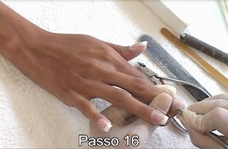 empurrando cutícula das unhas com espátula