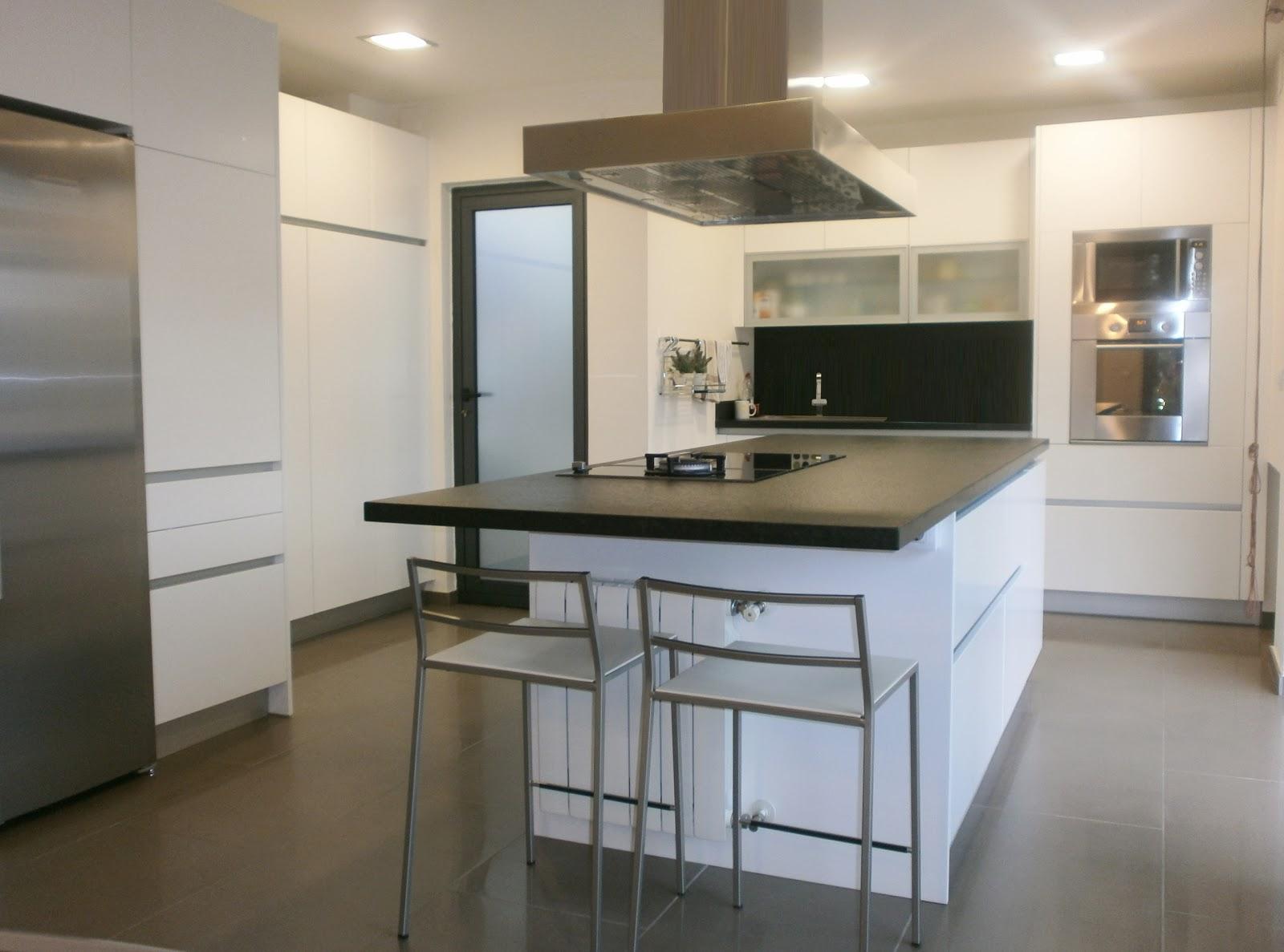 granito negro y cocina blanca sobria y siempre actual