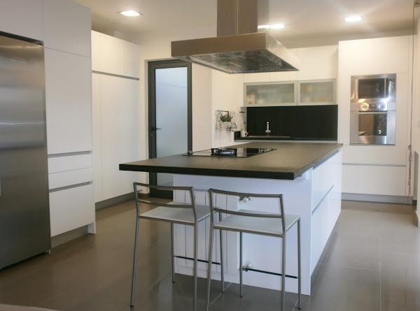 Cocinas lacadas decorar tu casa es Cocina blanca encimera granito negra