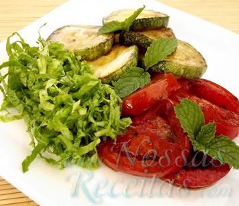 receita fácil de salada de abobrinha e tomates