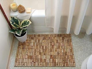 Como hacer una alfombra de baño reciclando corchos