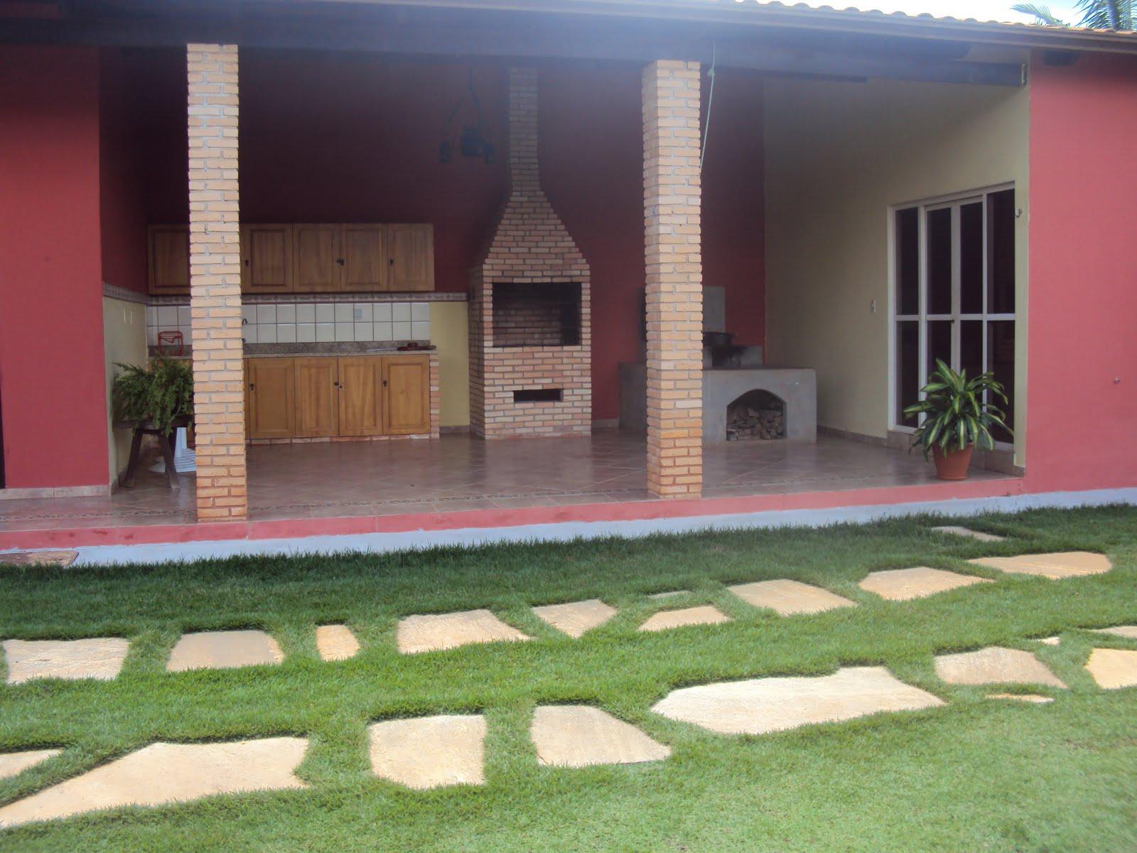 Espaço independente da casa indicado para reuniões de família ou  #91703A 1600x1200 Banheiro Cachorro Grama