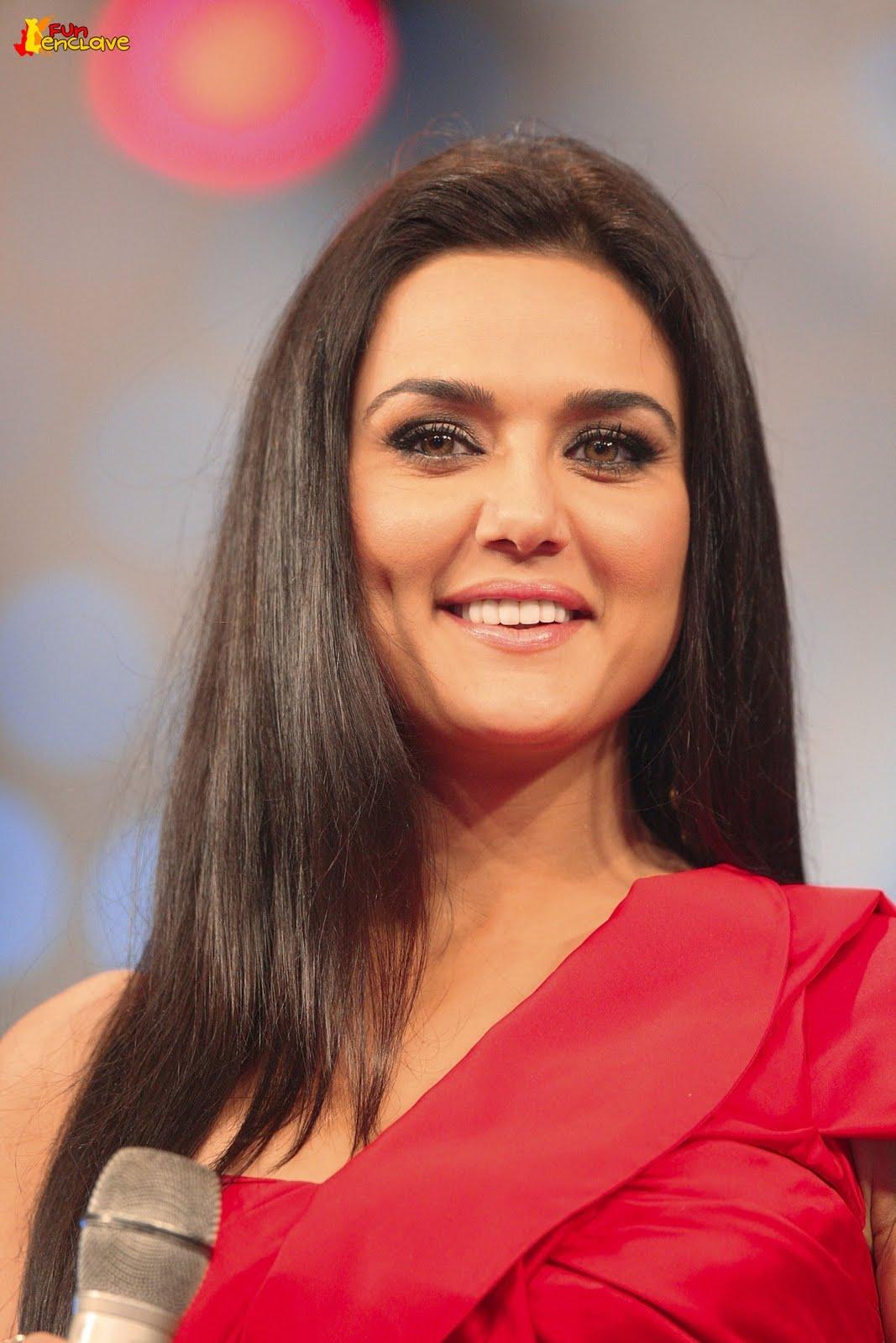 http://2.bp.blogspot.com/-IaWatBAPAzQ/TdEDeQwX39I/AAAAAAAACR4/0-MskBXxYpU/s1600/Closeup-of-Preity-Zinta-at-IPL-Awards-2010.jpg