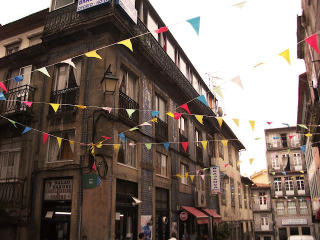 Rua de Trás alegremente decorada