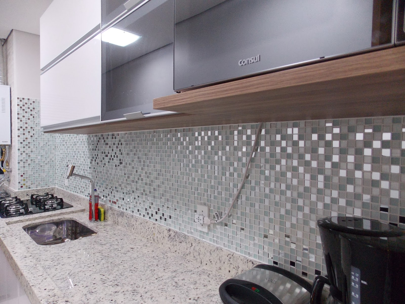 Loucos do 14!!: Enfim as pastilhas na cozinha #735D50 1600x1200 Bancada Banheiro Leroy