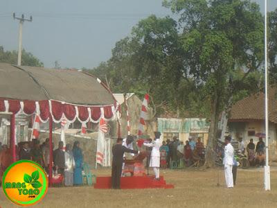 Pembina Upacara menyerahkan Bendera Merah Putih kepada PASKIBRA Pembawa baki.