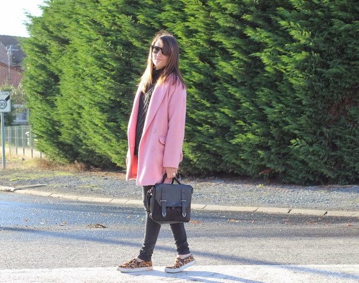 manteau rose et baskets léopard