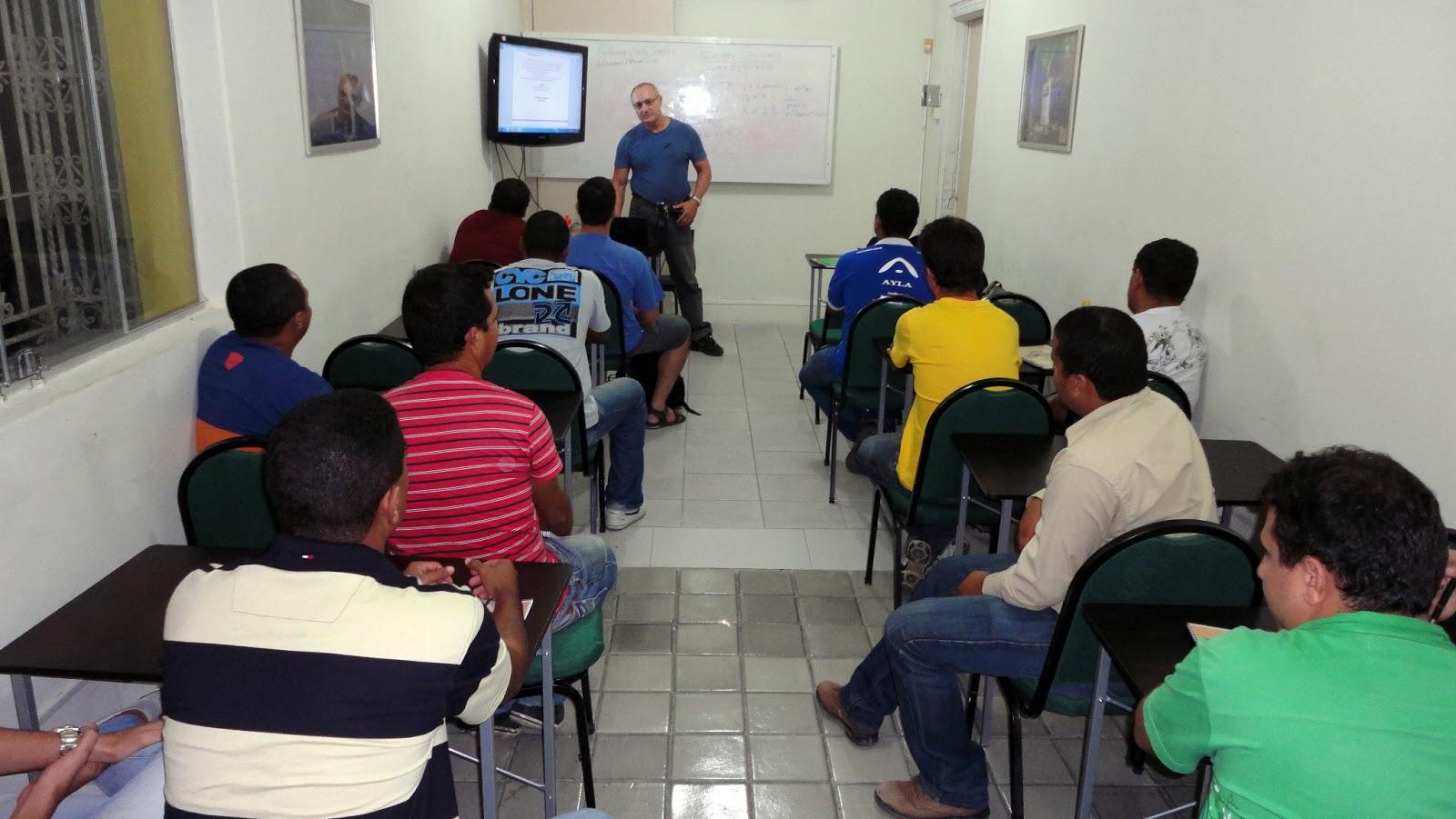 Professor Hélio Simões ministrando aula de Primeiros Socorros (APH), no Curso de NR10, da Escola Técnica LEIAUT, em março de 2013.