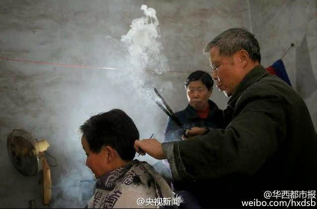 يقوم ويبو بحرق شعر الزبائن