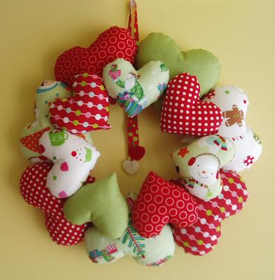 Corona de Navidad con corazones de tela handmade
