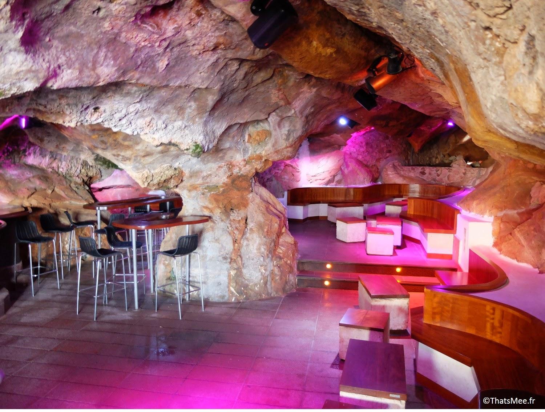 salle boite de nuit bar club accroché à la falaise Cova D'En Xoroi, Minorque Menorca Calas N'Porter,