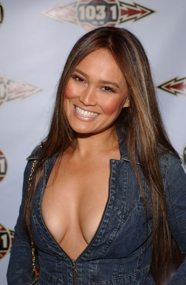 how tall is tia carrere