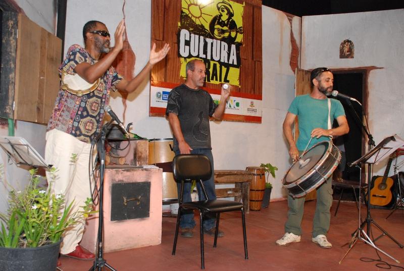 Encerramento em clima de carnaval com integrantes do Bloco Dona Teresinha, liderados por PC de SI, Arnaldo Almeida e Xando Pernambuco