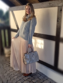 fashion blogger, deutscher fashion blogger, maxi skirt, pink skirt, powder pink skirt, powder pink maxi skirt, zara skirt, turtle neck, ootd, wiwt, street style, fashion blogger, sparkly necklace