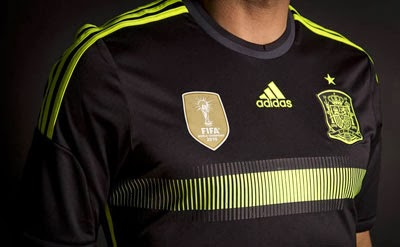 camiseta negra selección española de fútbol Mundial 2014 detalles escudo campeones