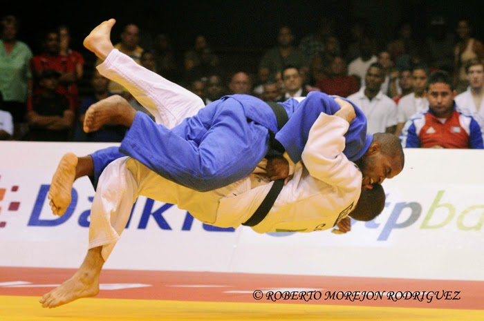 A. Gomez (kimono azul), de Cuba, se enfrenta a P. Cagne (kimono blanco), de Canadá,  en la categoría de 66 kilogramos, durante la primera jornada del Grand Prix de Judo de La Habana, con sede en el Coliseo de la Ciudad Deportiva, el 6 de junio de 2014.