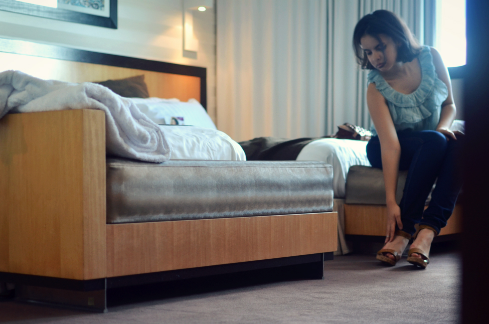 theserialshopper putting on her shoes in the bedroom at the crowne plaza in lille
