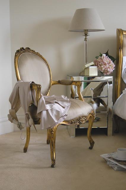 Романтические интерьеры, французский стиль, будуар, французское кресло, легкий интерьер