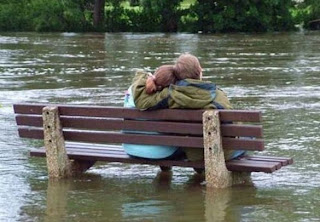 zonahitamdunia.blogspot.com - Kumpulan Foto Unik Saat Banjir