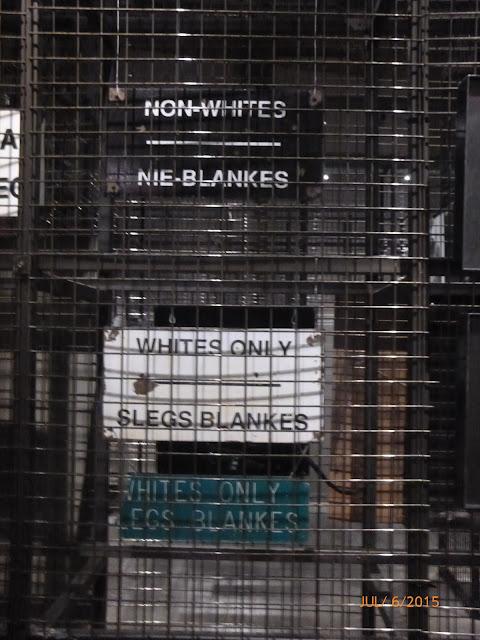 Placas identificando quem poderia entrar no estabelecimento. Museu do Apartheid