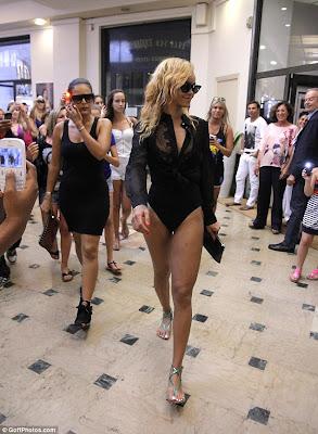 Rihanna la shopping in chiloti
