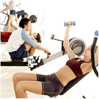 Stor stark och smal på gymmet