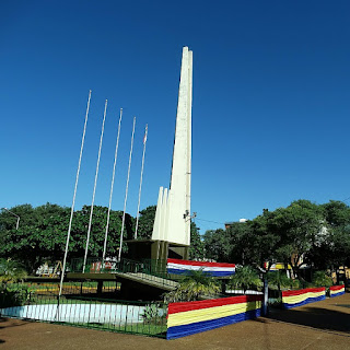 Obelisco na Plaza de Armas, em Encarnación, Paraguai.