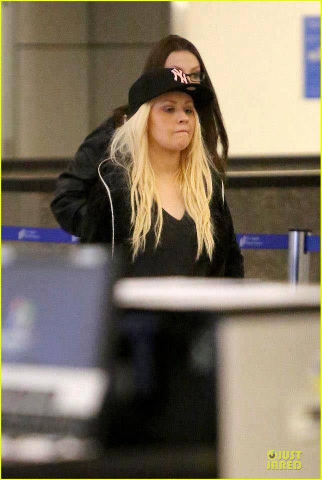 [Fotos] Christina Aguilera Llegando al Aeropuerto de LAX! (2/04/13) 67797_356350924469362_1036203413_n