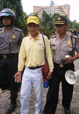 Falun Gong, Sebuah Praktek Kultivasi Sesat yang Membahayakan Tionghoa 418949_230290940396845_100002478221017_457243_1157226495_n