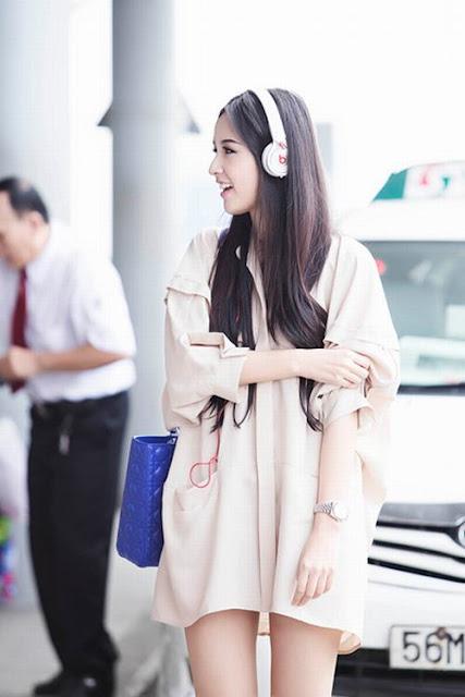"""Cùng với váy ngắn, những mẫu áo rộng kết hợp cùng short theo phong cách """"giấu quần"""" cũng được Mai Phương Thúy vô cùng yêu thích."""