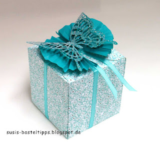 Geschenkbox in Bermudablau mit Stampin Up Baumwollpapier und Schmetterling