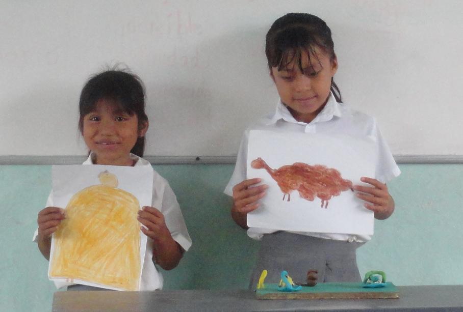 Niños de primer grado en exposición utilizando material elaborado
