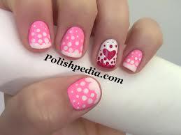 desenhos de unhas com coração vermelho e bolinhas rosa