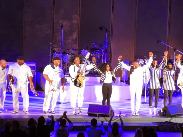 Janelle Monáe  takes a bow Hollywood Bowl 2014