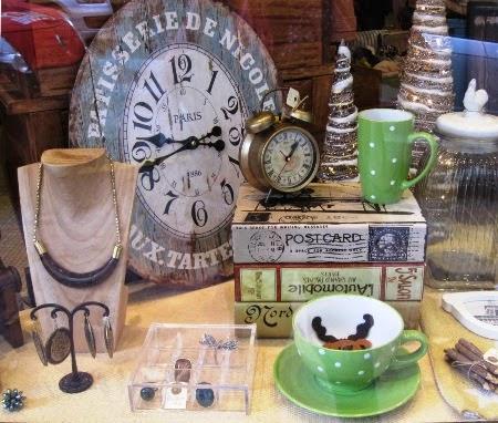 Relojes vintage, tazones topos, bisutería. Arbolitos.