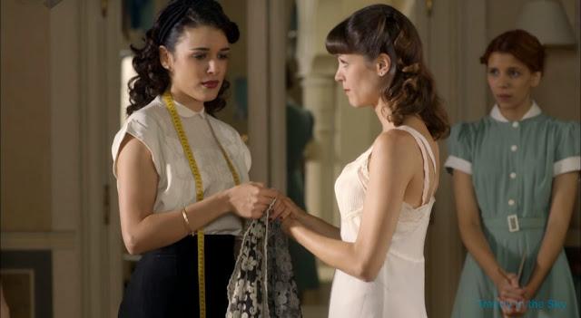 Sira Quiroga blusa blanca. El tiempo entre costuras. Capítulo 8.