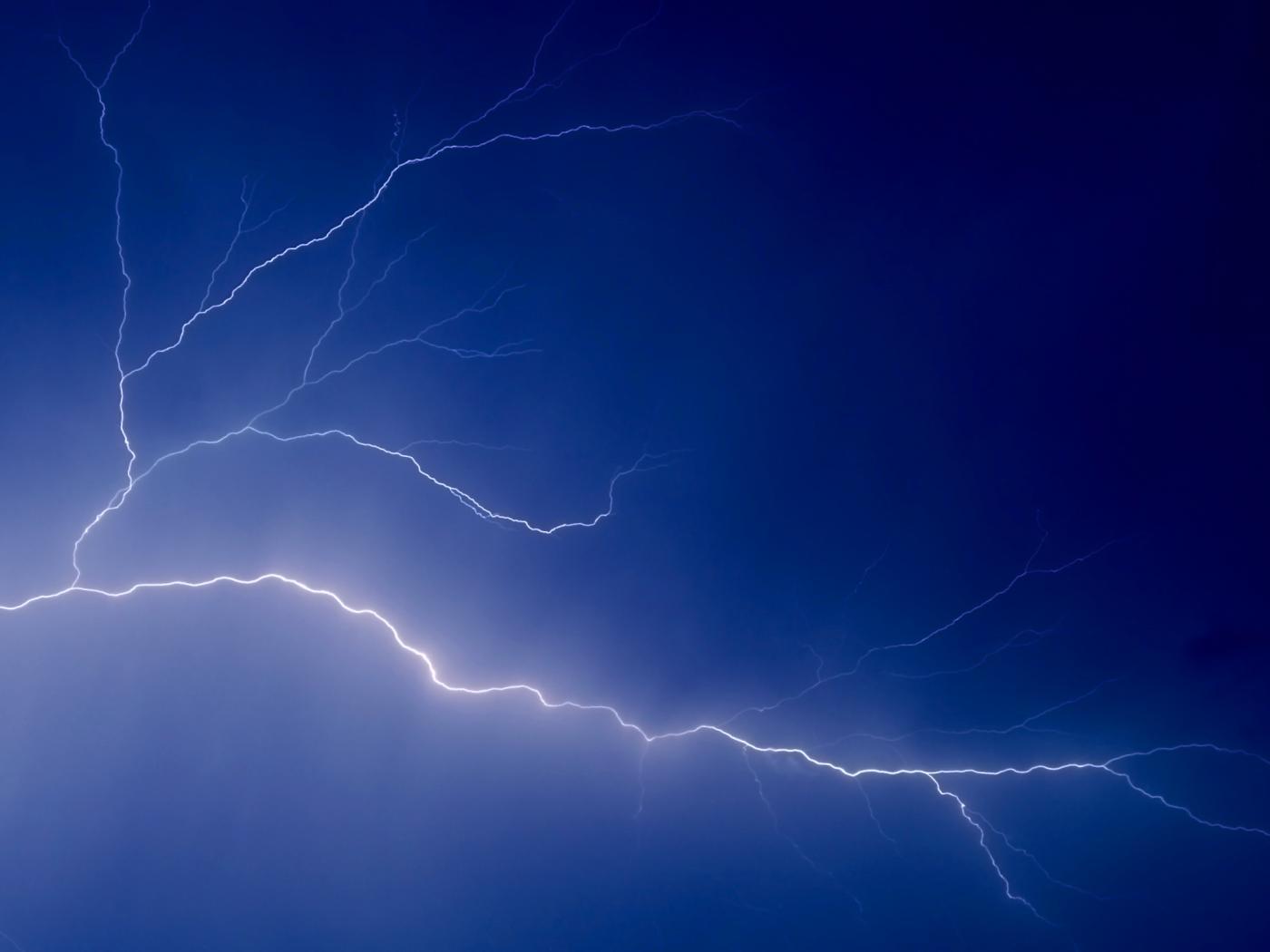 http://2.bp.blogspot.com/-IhWKPBk7QgA/TdOp68Wt72I/AAAAAAAAEJE/SfzYo8_wl5k/s1600/lightning-wallpaper-2.jpg