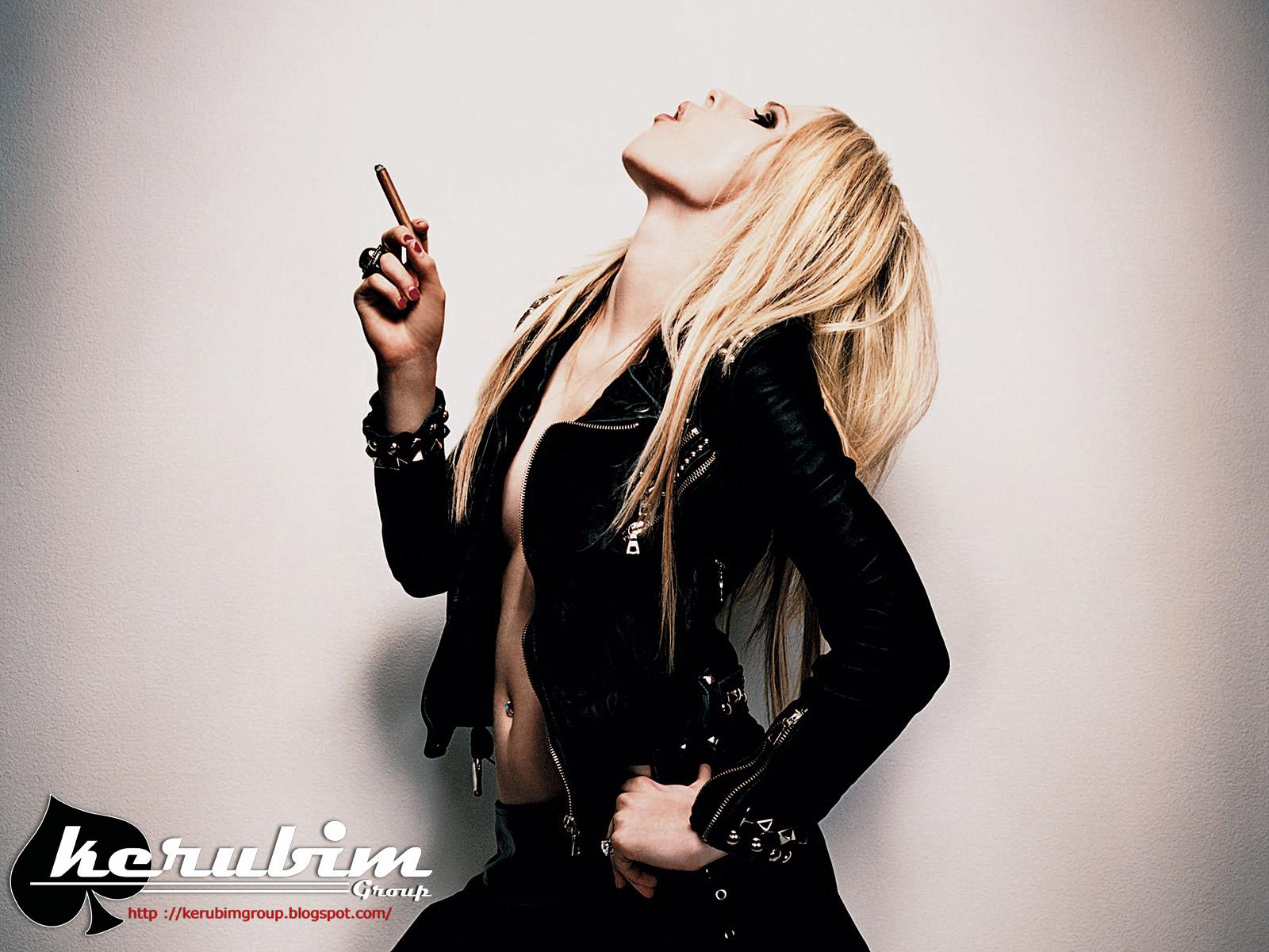 http://2.bp.blogspot.com/-Ihzpwm1uZNo/T221bZeOWfI/AAAAAAAAAM8/ENZMPiThz4o/s1600/Avril+Lavigne+smoking.jpg