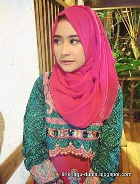 Foto Prilly Latuconsina Hijab