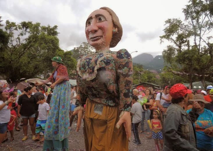 Bloco Dona Teresinha faz a alegria dos foliões na Feirinha do Alto
