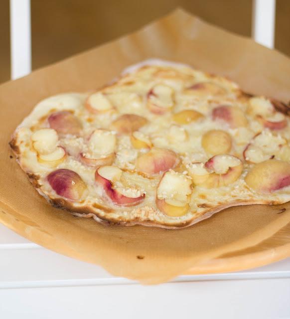 frisch gebackener süßer Flammkuchen für den Sommer mit reifen Pfirsichen